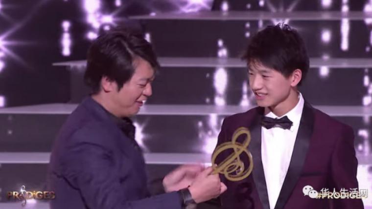 网易客户端:15岁少年季恩显获法国《神童达人秀》冠军 郎朗为其颁奖