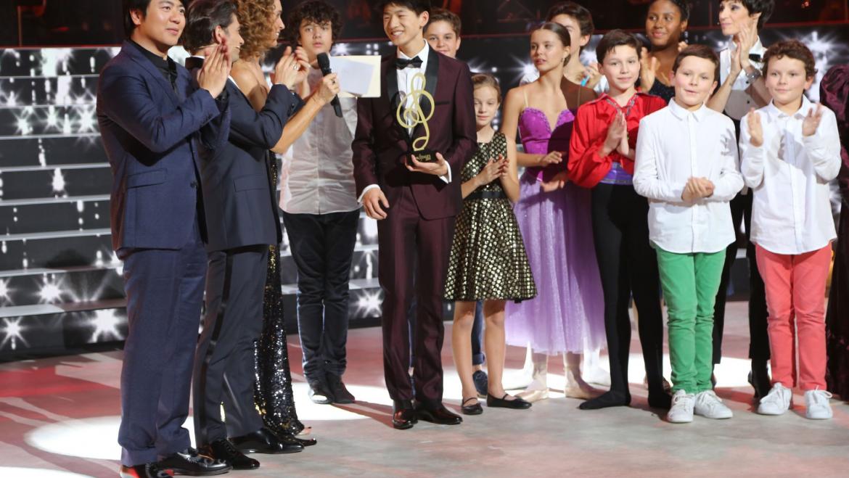 凤凰新闻:15岁少年季恩显获法国《神童达人秀》冠军 郎朗为其颁奖